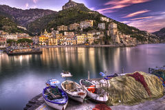 Réflexions aqueuses de côte d'Amalfi de village de pêche de Cetara Photographie stock
