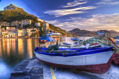 Réflexions aqueuses de côte d'Amalfi de village de pêche de Cetara au sunr Photographie stock libre de droits