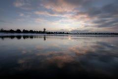 Réflexions atmosphériques dans le lac photos stock