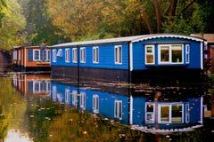 Réflexions automnales de l'eau de lac des bateaux de péniche Image libre de droits