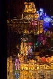Réflexions colorées dans les hublots d'une construction Photo stock
