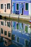 Réflexions colorées de canal de Burano Italie Images libres de droits