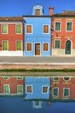 Réflexions colorées de canal de Burano Italie Photos libres de droits