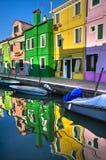 Réflexions colorées de canal de Burano Italie Photos stock