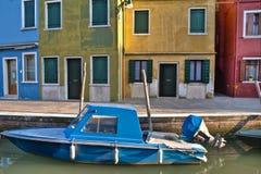 Réflexions colorées de canal de Burano Italie Photographie stock libre de droits