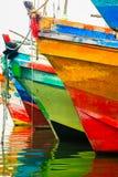Réflexions colorées de l'eau Bateaux colorés dans le port maritime Images stock