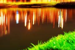 Réflexions colorées de lumières sur le fond de surface de lac Photos libres de droits