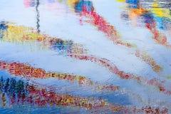 Réflexions colorées de rayures, surface de l'eau d'ondulation Photographie stock