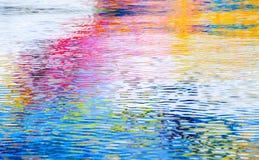 Réflexions colorées, surface de l'eau d'ondulation Résumé Images stock