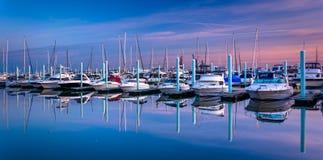 Réflexions crépusculaires à une marina dans le canton, Baltimore, le Maryland Photos libres de droits