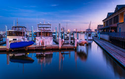 Réflexions crépusculaires à une marina dans le canton, Baltimore, le Maryland Images libres de droits