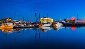 Réflexions crépusculaires dans une marina dans le port est, Baltimore, Mary images libres de droits