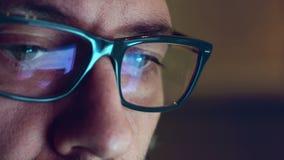 Réflexions d'affichage d'ordinateur sur des verres et des yeux banque de vidéos