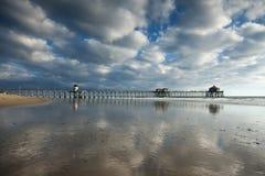 Réflexions d'après-midi de pilier de Huntington Beach images libres de droits