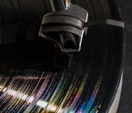 Réflexions d'arc-en-ciel dans les cannelures du long disque vinyle jouant Photographie stock libre de droits