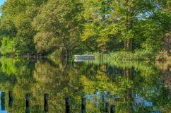 Réflexions d'automne sur un lac dans Kent Photographie stock