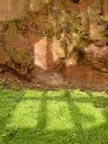 Réflexions d'hublot et visage de roche Photographie stock