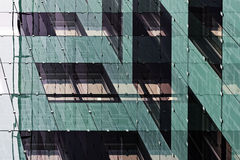 Réflexions d'un nouvel immeuble de bureaux Photographie stock libre de droits