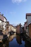 Réflexions dans des Frances d'Annecy photos libres de droits