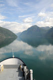 Réflexions dans Fjaerlandsfjord, Norvège Photo stock