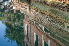 Réflexions dans l'eau d'un canal à Venise Photographie stock libre de droits