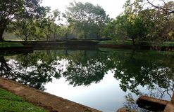 Réflexions dans la piscine naturelle antique photographie stock libre de droits