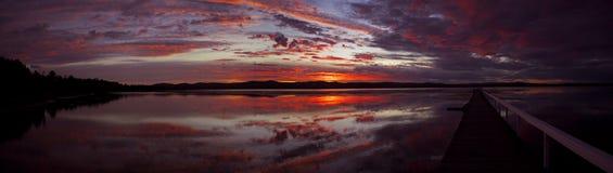 Réflexions dans le lac avec le quai Photos stock