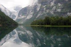 Réflexions dans le lac Lovatnet, Norvège images libres de droits