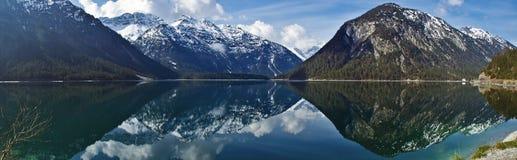 Réflexions dans le lac Plansee, Autriche Images libres de droits