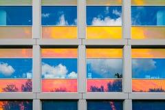 Réflexions dans les fenêtres enduites colorées images stock
