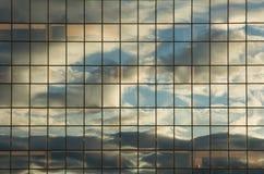 Réflexions dans un mur en verre Image stock