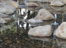 Réflexions dans une piscine de roche Image libre de droits
