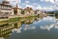 Réflexions de bâtiment dans le Fiume l'Arno image stock