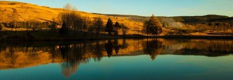 Réflexions de barrage Photos stock