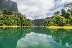 Réflexions de bateau-maison dans le barrage photos libres de droits