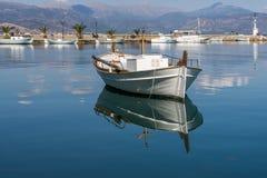 Réflexions de bateau de Nafplio Photos stock