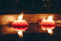 Réflexions de bougie dans un temple chinois photo libre de droits