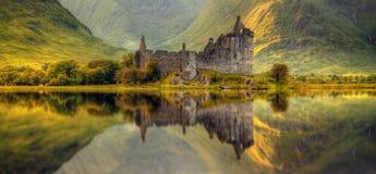 Réflexions de château de Kilchurn photo libre de droits