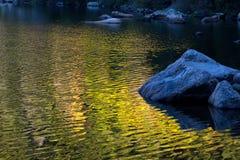 Réflexions de chute sur le lac bear Image stock