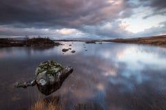 Réflexions de ciel au loch nah-Achlaise image stock