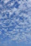 Réflexions de ciel bleu et de nuages Images libres de droits