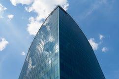 Réflexions de ciel dans des murs de verre du bâtiment Photos stock