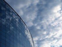 Réflexions de ciel dans la fasce en verre Photographie stock