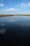 Réflexions de ciel sur le lac Images libres de droits