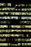 Réflexions de constructions de district des affaires la nuit Photographie stock