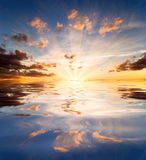 Réflexions de coucher du soleil dans l'eau de lac Photo stock