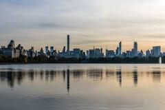 Réflexions de coucher du soleil de Midtown Manhattan images libres de droits