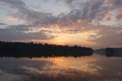 Réflexions de coucher du soleil sur l'eau Images stock