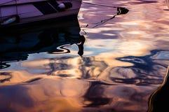 Réflexions de coucher du soleil sur l'eau de mer Photos stock