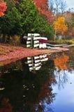 Réflexions de forêt d'automne avec des canoës images libres de droits